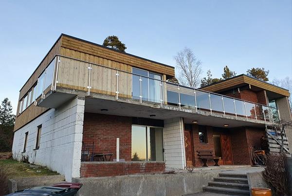 Renovering av balkong og montering av glassrekkverk