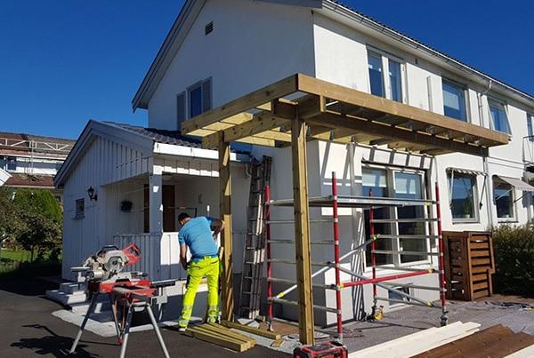 Bygging av balkong med glassrekkverk